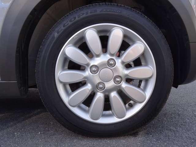 純正アルミホイールもキレイな状態を保っております。タイヤの山も十分残っておりますので交換の必要はございません。