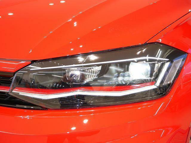 フロントグリルのGTIを象徴する赤いラインが、ヘッドライト内部まで伸びたスタイリシュな専用デザイン。