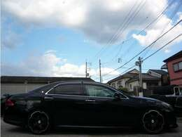 こちらのお車ですが、19インチアルミホイルにローダウンで、キマってます♪