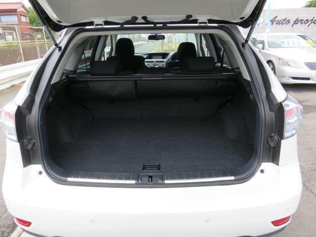 荷室も広々!リヤシートの背もたれを倒せばさらに広くお使いいただけます!レジャーやお買い物にお役に立ちます!