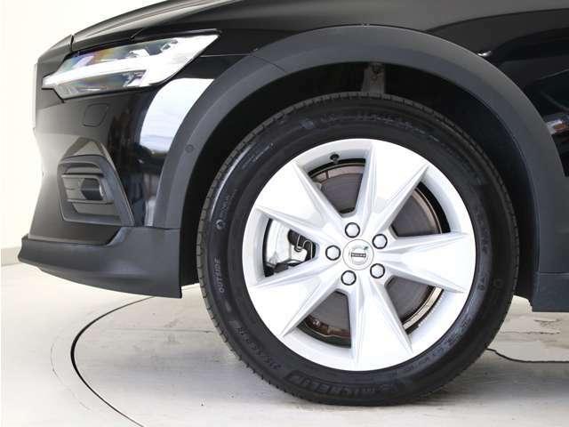 シルバーの5スポーク18インチアルミホイール。勿論インテリセーフ標準装備により、歩行者検知機能付フルオートブレーキをはじめとする革新的安全装置を標準搭載。