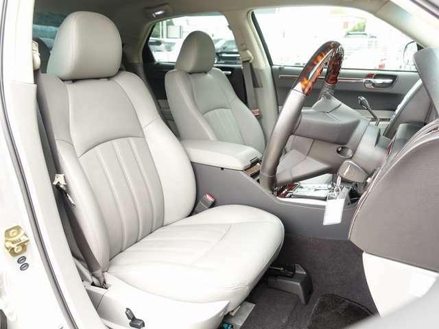 運転性、助手席シートは電動にて調整可能なパワーシートにシートヒーター、シートメモリー機能完備。センターコンソール部分にはT-DEMAND製エアサスコントローラーも有、ボタン一つで簡単に車高調整可能です