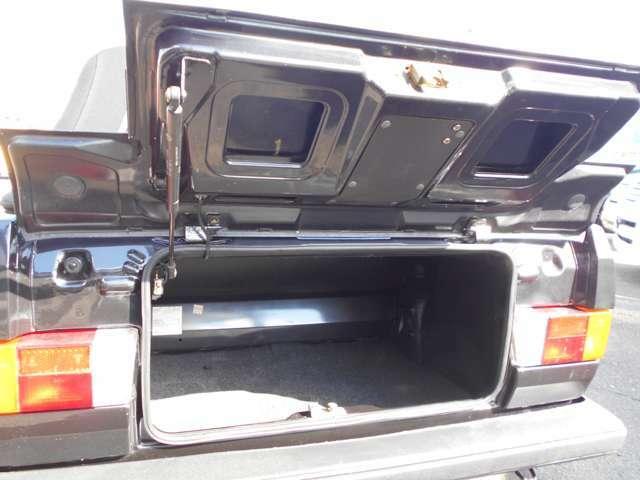 現代の車に比べると、トランク入り口は狭いですが、必要にして十分のトランクスペースです。トランク内部のサビ止め施工もしてあります。パワーウインドウのレギュレターも故障しないように対策施工してありますよ!