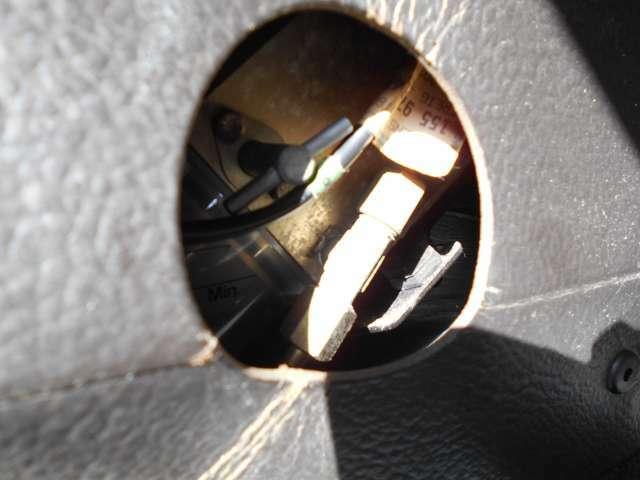 トランク内にあるオルゴールのネジみたいなものを回せば電動オープンと手動でのオープンの切り替えができます。オープンの電動モーターも新品再生部品でレジスターやリレー類も全部新品交換してレストアしてます。