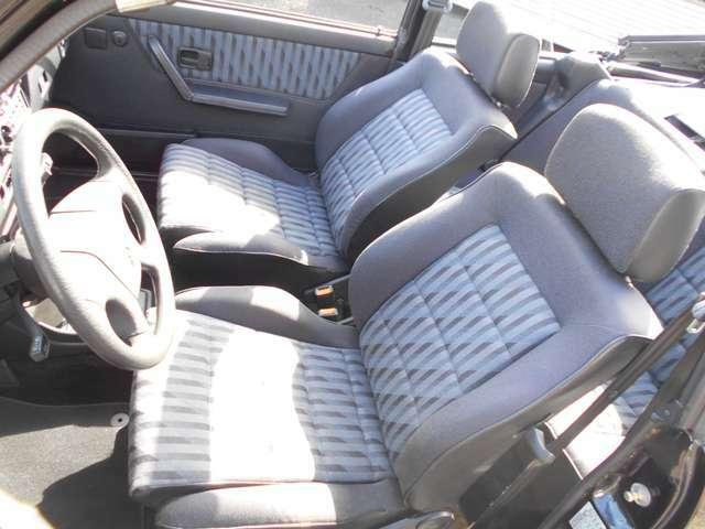 年式や走行距離を全く感じさせない程、程度が良いのは、本国発注したシート生地にて張替え作業を施工したからです!少し固めなこのシートは長距離のロングドライブでも疲れません。新車なみの座席シートの状態です。