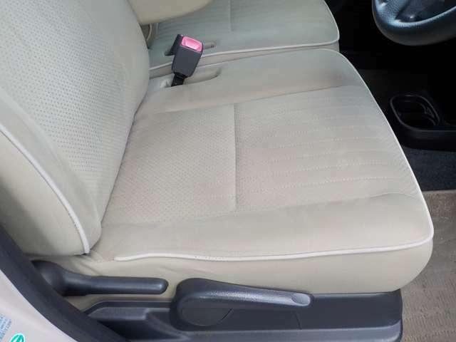 乗り降りで旗りやすい座面右側もキレイです。 シートリフター付きで上下方向も調整もOK。
