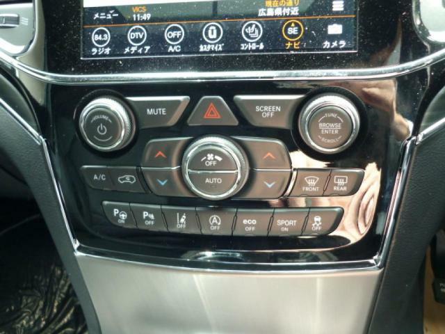 室内の温度を常に好みの温度に調節し、運転席と助手席それぞれに快適な環境を作り出します。