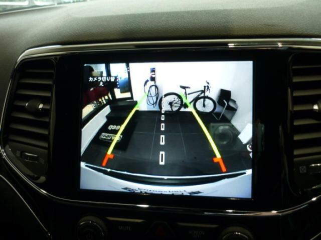 シフトギアを「R」に入れると、自車のすぐ後方の様子をモニターに広角映像で表示します。