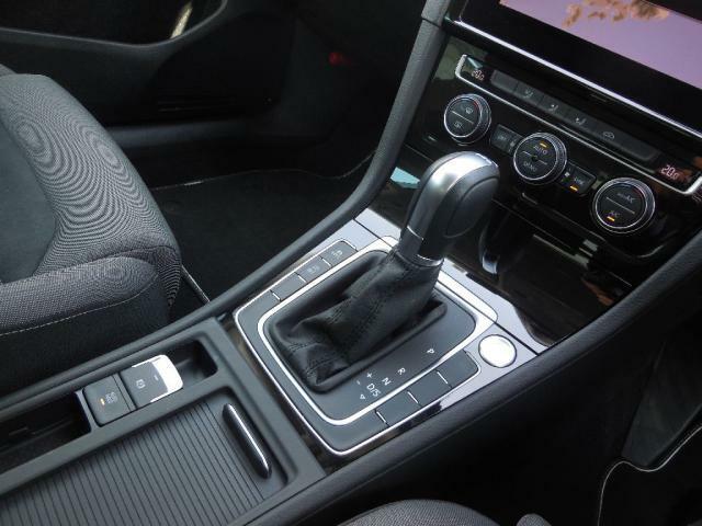長時間ドライブも優れた性能を発揮。細かなドライビングポジションをセッティングできます。質の高いスエード調のアルカンターラをコンビネーションしたシートは上質で洗練されたドライビングを提供します。