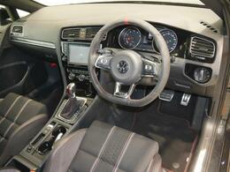ステアリングホイールは12時のポジションに赤いアクセントの入ったアルカンターラ巻きの専用品で、ドライバーの高揚感を高めます。