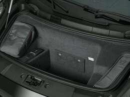 リアエンジンのため、フロントはトランクルームとなっています。容量は少ないですが、ちょっとした手荷物など車内におけないものが入る大きさとなっています。