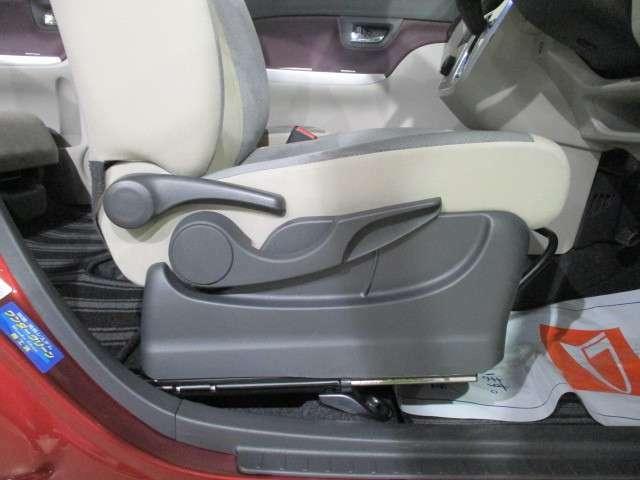 運転席は座面背面のアジャストが可能