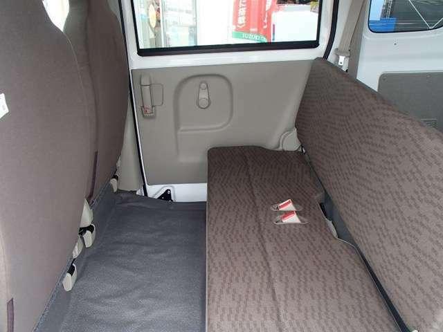 後部座席もビニールレザーシート表皮を使用しておりますので、汚れにくく掃除もしやすいです!