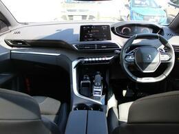 i-Cockpitは直感的操作のタッチスクリーン、小径ステアリング、カスタマイズ可能なヘッドアップデジタルディスプレイでスムーズなドライビングを可能にします。