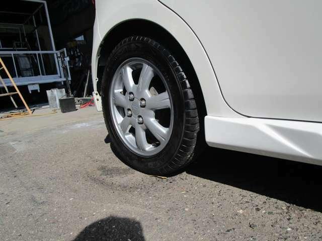 純正アルミホイール装備。タイヤの残り山は9分山程度あります。