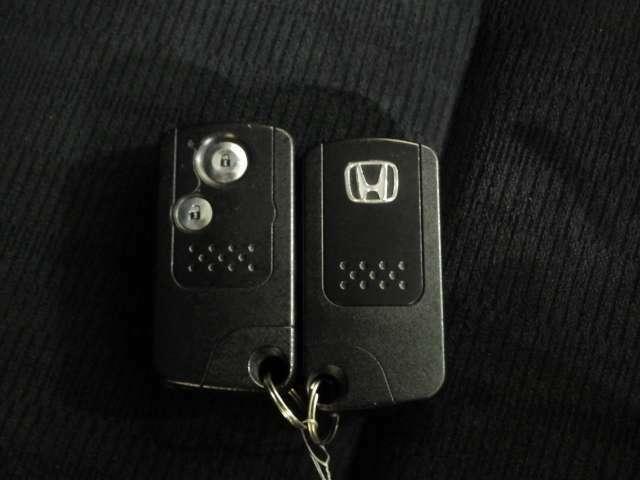 持っているだけでエンジン始動や、ドアロックの開閉まで出来ちゃう賢く便利なスマートキーを装備!イモビライザーでセキュリティー対策もOK!