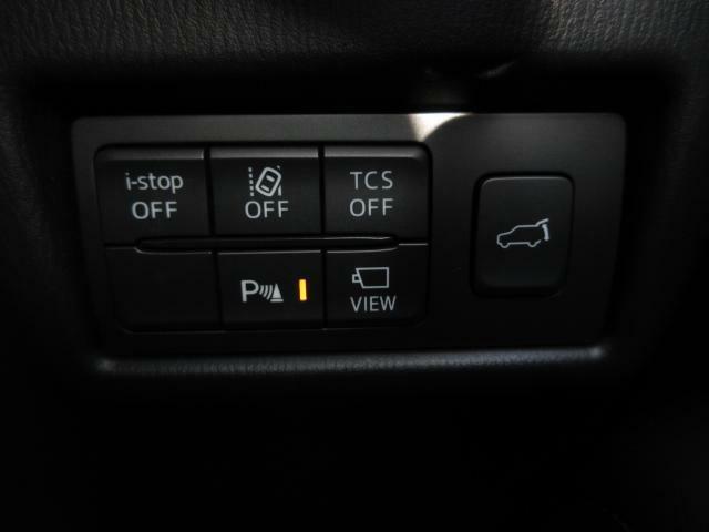 こちらのお車には先進安全装備が多数搭載されています。衝突被害を回避あるいは軽減するためのブレーキや、後方死角からの接近警報、車線逸脱を防止する警報装置など、詳しくはスタッフまでお尋ねください。