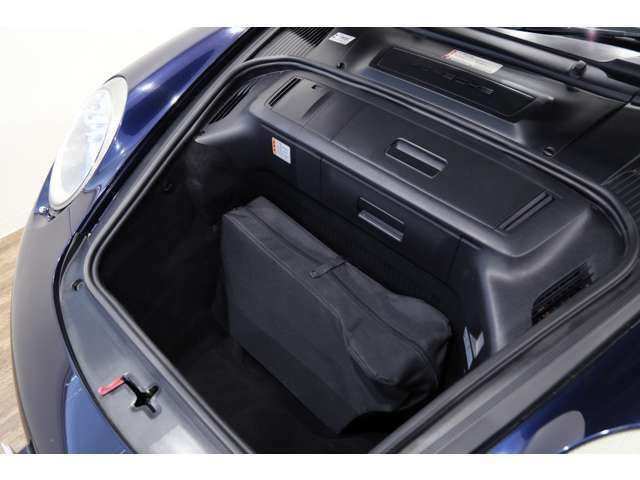 フロントトランクにはトラベルバッグ1個は入るスペースがございます!!