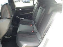 リアシートは大人が座ってもゆったりな空間です。長時間のドライブでも疲れにくいと好評です。