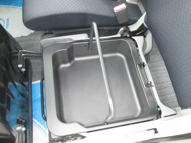 助手席下部には持ち運び可能な収納BOXを搭載★