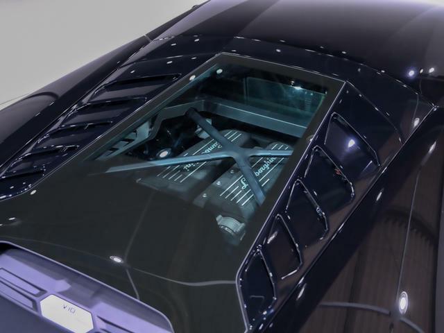 オプションのガラスエンジンボンネット。至極のV10エンジンが顔を覗かせます。