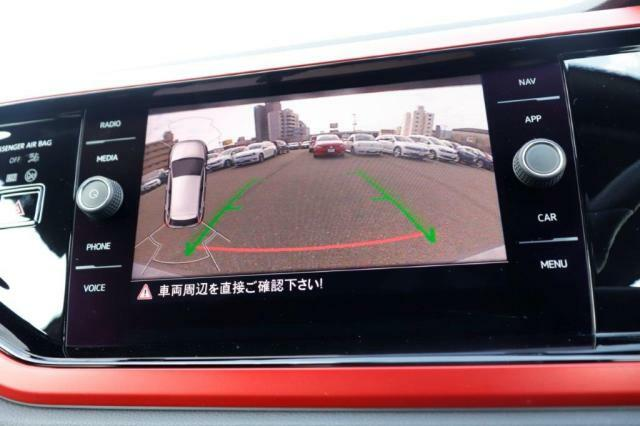 リアカメラは、テールゲートオープナーのリアエンブレムに内蔵されており、バックの際にナビ画面にガイドラインが表示され車庫入れや縦列駐車の安全をサポートいたします!