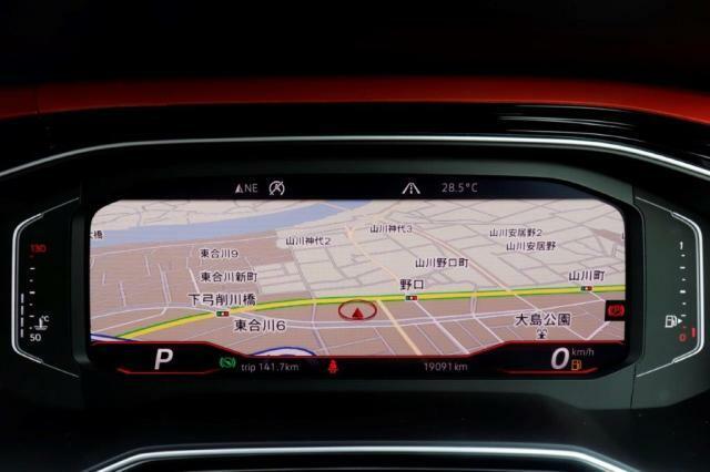 大型ディスプレイによるデジタルメータークラスター付車両です。パネル正面に車両情報やナビゲーションが映し出され目線を変えず目的地まで安心したドライビングが出来ます。