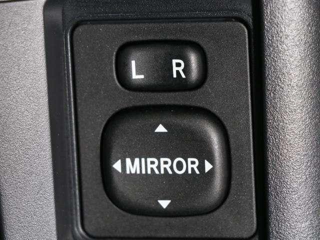 電動ミラーのスイッチです。 雨の日も雪の日も運転席に居ながらミラーの操作できますよ。 一度使うと手放せない装備ですよね。