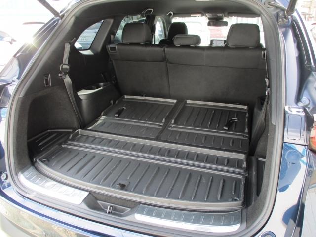3列目シートだけを倒せば、4名分の乗車スペースを確保しながら、67型スーツケース3個を積載可能です