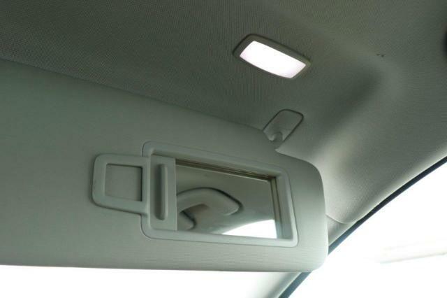 運転席、助手席には鏡とライトが付いております。
