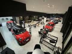 店内のショールームでは、各ボディータイプの展示車を多彩なカラーバリエーションでご用意しております。