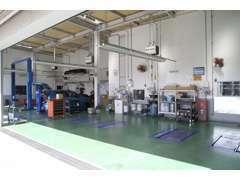 納車前整備は自社工場で行います。安心の指定整備工場ですのでプロの厳しい目でしっかりと車検、整備等を行います。