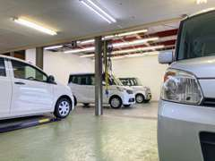 屋内展示スペースは天候や時間に関係なく、明るい場所でゆっくりとお車をご覧になれます。