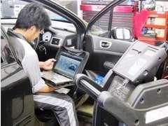 専用テスターにて車のコンピューターに記録されている情報を解析いたします。見た目では発見できない情報や不具合も対処します。