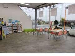 オレンジ基調のおしゃれな内装に仕上がっております♪清潔感のある商談スペースです♪