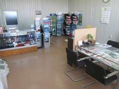 当店の商談スペースも広々としており開放感にあふれております。お車の事なら何てもご相談下さいませ。
