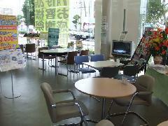 点検中はカフェ気分でゆったり。キッズコーナーもあります。