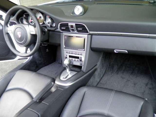内装はブラックレザーシート、新車時メーカーオプションのシートヒーター、スポーツクロノ、カロッツェリアHDDナビ&地デジTV、ETC付です。お問い合わせは全国フリーダイヤル0066-9711-094846までお気軽に。