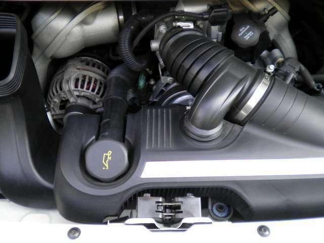 エンジンは水冷フラットシックス3.8Lです。走行距離は僅か11000キロメートルです。新車時メーカーオプション250万円相当付です。詳しくは弊社ホームページをご覧下さいませ。http://www.sunshine-m.co.jp