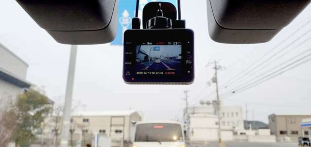 Bプラン画像:運転中や駐車中の事故を証拠映像で残すことができるドライブレコーダー。車のナンバーや人物など周囲の状況を映像で残せるので、あおり運転の対策としても注目されています。この機会にご相談ください!