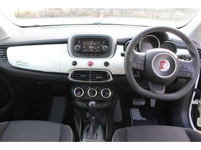 内装もイタリア車ならではのおしゃれなデザイン!外装と同色のインパネは運転中も気分が上がります!【エフジェイファクトリー 078-223-8001】