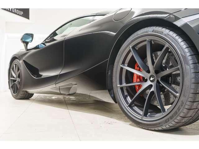 ホイールはオプションのスーパーライトウェイトホイールのステルス仕上げ、レッドキャリパーを選択し、内装とのコンビネーションを意識したカラーリングでございます。