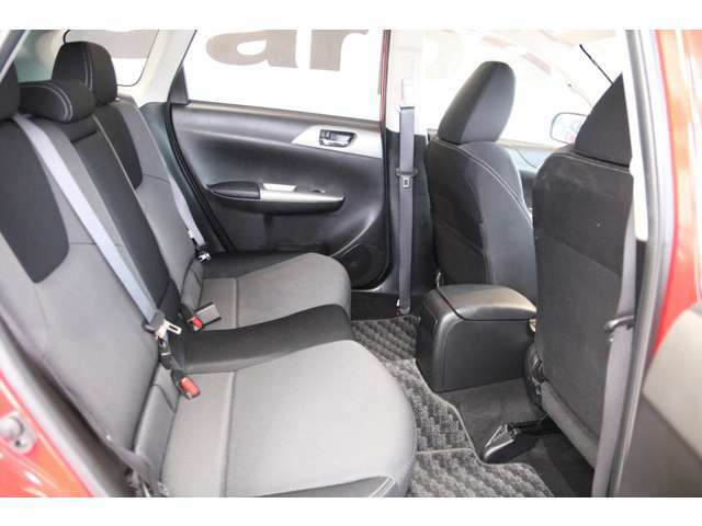 後部座席もゆったりと座れるスペースが確保できます。足元も広々しております。