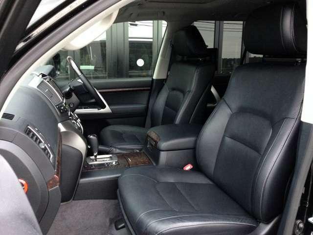 高級感あふれる黒本革シート! 運転席&助手席はパワーシート完備で、ベストシートポジションまで力不要で移動できます! 運転席&助手席ともに寒い冬の強い味方、シートヒーターも完備です!