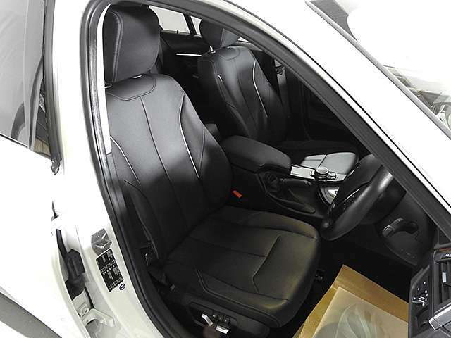 レザーシート&シートヒーター&シートメモリー付き電動調整パワーシート