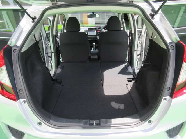 後席がフラットになるだからこそ使いやすい。アレンジ操作はワンアクション。床が低くフラットなのでサッと積み込めます