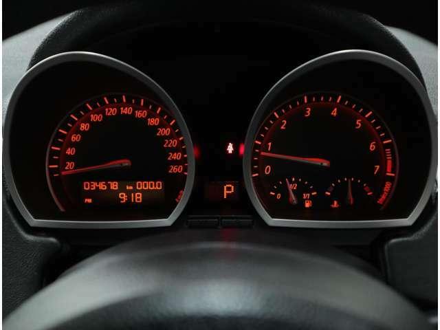 BMW伝統のオレンジイルミネーションを採用した260km/hスケールメーター。