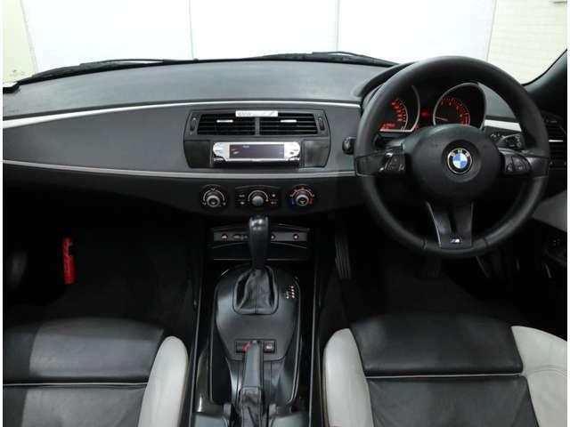 マルチファンクション機能付きMスポーツ・レザーステアリングに、BMWインディビデュアル・ニューイングランドのバイカラーレザーを採用した特別なインテリアは、眺めているだけでも美しい。