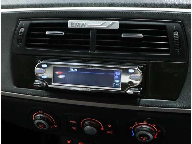 Sony製FM/AMラジオ付CDプレーヤーを搭載。外部入力ケーブルも追加されており、スマホ等のメディア接続も可能。ビジュアル表示スクリーンセーバー機能も付いています。