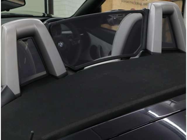 オープン走行時に発生する風の巻き込みを防止する、ディフレクターを標準装備。未使用時はトランク裏側へ収納できます。